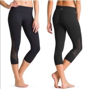 Athleta Breakthrough Lasercut Capri Black XS